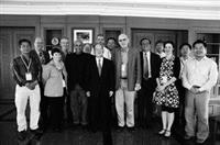 張創辦人建邦博士上週五(五月三十日),於覺生綜合大樓九樓會晤十三位國際未來學者,並與學者合影留念。(圖�洪翎凱)
