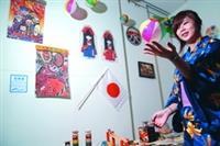 僑生輔導組和華僑同學會聯合主辦的僑居地文物展,也展出日本特色童玩。(攝影�黃士航)