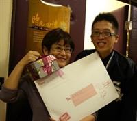 大傳系教授趙雅麗(左)與校友郭秉讓(右)合影。(圖�大傳系提供)