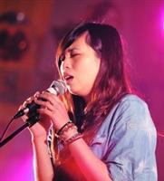 拿下創作組冠軍等3獎項的產經二董兆怡(圖二),唱自己所創作的歌,是金韶獎最大贏家。(攝影�曾煥元)