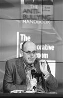 未來所於2008年5月29、30日,在覺生國際會議廳舉辦「教育未來與未來教育」國際學術研討會,邀請各國學者與會,圖為澳洲雪梨大學法蘭克.哈金森教授,分析未來多元文化與全球化發展等相關議題。(攝影�&#20931嘉翔)