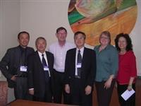 國際事務副校長戴萬欽一行人,於4月23日參觀維諾那州立大學之Residential College,與負責人Ronald Elcombe主任等人合影。(圖�國交處提供)