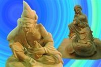 中文系在文錙藝術中心舉辦系友藝文展,國際雕刻大師吳榮賜受邀展出泥塑作品--「濟公」(左)、「母愛」(右),唯妙唯肖,令人驚豔!(攝影�洪翎凱)