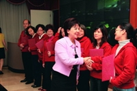 TKU President Dr. Flora C. I. Chang gives award to No.1 winner of the quality circle contest.