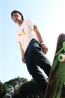 玩滑板體驗在空中飛躍的快感,驚險刺激。