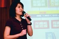 圖書館採編組組員鄭琚媛報告無限圈的成果。
