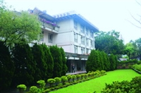 There is nice environment and scenery around Hwei-wen Hall, providing guests a wonderful living experience.