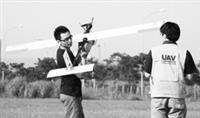 UAV實驗室研究生,在室外進行無人飛機的飛行實驗準備,期望無人飛機達到預設的目標。(資料來源:UAV實驗室)