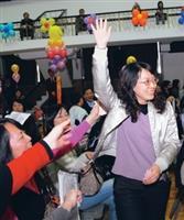 校友翁欣怡(右一)於十五日參加在學生活動中心舉辦的春之饗宴,非常幸運地抽中頭彩,高興地接受眾人歡呼。(攝影�黃士航)