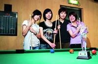 江若瑜(左一)、朱瑋莉(左二)、黃育箖(左三)、王善諭(右一)聯手,參加「97學年度全國大專院校撞球錦標賽」,拿下女子團體組冠軍。(攝影�陳怡菁)