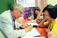 鄭愁予(左)演講後,粉絲排隊索取簽名。