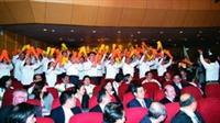 本校啦啦隊穿著整齊劃一的制服,在頒獎典禮中高呼口號,展現團結精神。(攝影�馮文星)