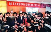 EMBA畢業典禮,畢業生爭相與張校長合影。(攝影�徐浩慈 )
