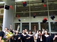 「畢業了!」同學們興奮地將畢業帽高拋到空中。(攝影�林奕宏、曾煥元、劉瀚之)