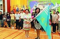 7月1日校長張家宜授旗給國交處主任李佩華,期勉大三出國學生滿載而歸。(攝影�曾煥元)