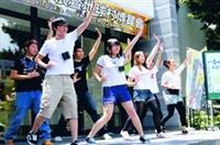 上週在黑天鵝展示廳盛大展開的地球村博覽會,國際青年交流團的同學在開幕式表演藝人范曉萱的最新舞步,現場熱鬧非凡。(攝影�張豪展)