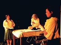 實驗劇團上週期末公演,上圖為「死後」劇碼,演員精湛的演技,讓觀眾稱讚連連。(攝影�劉瀚之)