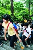 新生們努力邁步登克難坡。(圖�吳佳玲)