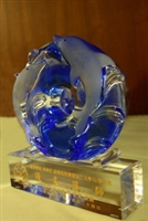 ↑藍白色海豚琉璃獎座。(圖�涂嘉翔攝)