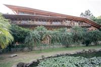 台北市立圖書館北投分館,是台灣首座綠建築圖書館,建築物均以木材為主,成功地與大自然融為一體,宛如世外桃花源一般。(圖�嘉翔攝)