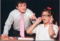 在「課堂驚魂」的戲碼中,日研所碩二廖晨志(左)飾演教授,對於由企管二許雅婷(右)飾演的學生上課分心,極度歇斯底里,表情誇張,戲劇張力十足。(圖�陳振堂攝)