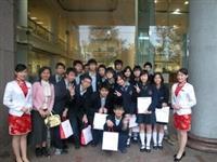 ↑今年3月來校參訪的淡江高中,與本校親善大使於覺生紀念圖書館前合影。(圖�教務處招生組提供)