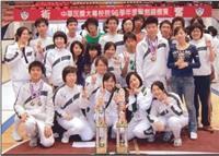 本校擊劍隊於日前參加「中華民國大專校院96學年度擊劍錦標賽」,獲得3金1銀5銅的佳績,在所有參賽學校中奪牌數最多,也創下連續4年榮獲總冠軍的紀錄。連日來的辛苦練習,總算獲得代價,賽後隊員開心地與獎盃、獎牌合影。(圖�擊劍隊提供)