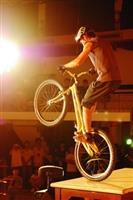 新成立的單車社帶來精采單車特技,讓全場觀眾讚嘆不已。(攝影�王文彥)