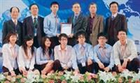 資管系學生於15日參加「第十二屆全國大專院校資訊服務創新暨資訊管理專題競賽」,奪得資訊應用組冠軍,獲頒獎牌一面。(圖�資管系提供)