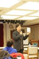 資深媒體人大傳系校友楊樺,分享在職場上打滾多年的經驗,同學們聽得津津有味。(攝影�王家宜)