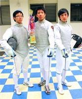 西洋劍社社員在台大椰林盃鈍劍團體奪冠者:德文二吳東橋(左)、航太三兵耿豪(中)、機電三林信騰(右)。(