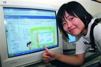 學教中心自本學年度起,為新生量身打造一套「大一新生學習策略線上工作坊」,統計一游禎試用過後豎起大拇指說「讚!」(攝影�  嘉翔)