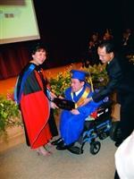 休閒系黎喬泰因病無法自主行動卻十分向學,校長張家宜親自頒發畢業證書。(攝影�劉瀚之)