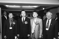 保險系於2008年舉辦系友大會,當天共有200餘位系友踴躍出席。圖為財政部長李述德(左二)、前任保險系系友會會長陳錦祥(右二)、現任系友會會長陳瑞(右一)及保險系系主任高棟梁(左一)合照。(圖�保險系提供)