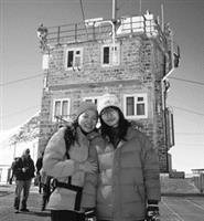 林侑蓁(右)趁著課餘期間,遊歷歐洲第一高峰少女峰(Jungfraujoch)。(圖�林侑蓁提供)