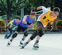 溜冰社16日舉辦校際溜冰競速比賽,選手過彎道時,須穩固內腳來保持平衡,外腳則須保持一定速度。(攝影�吳佳玲、文�鄭雅文)