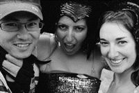 跨年參加塔斯馬尼亞非常有名的The Falls Music Fes-tival活動,整個舞台搭建在一個海灣旁。現場除了有許多的音樂表演,也有化妝遊行活動。就在我拍遊行隊伍時,被兩位參與遊行的女生拉住,要求拍張合照。(圖、文�王文彥)