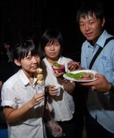 轉聯會舉辦制服夜烤,轉學生再度穿上制服,重溫高中舊夢。即使月亮不圓,他們的胃,也給烤肉餵圓了吧。(攝影�黃士航)