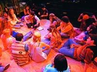 教授與學生的互動良好,老師學生席地而坐,讓上課也能很放鬆(照片來源�陳貝宇提供)