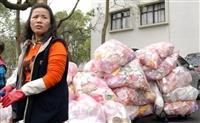 商管大樓堆積如山未分類的垃圾,清潔工友每天一包包地放進推車上清運。(圖�黃士航攝)