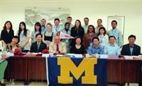 美國密西根大學福林特分校師生訪問團於12日蒞校交流,體驗內容豐富,一行人快樂地與本校國交處同仁合影。(攝影�白辰幃)