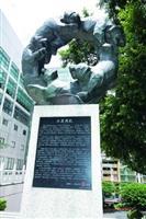 紹謨紀念體育館前的五虎碑於民國95年揭幕,係指五虎崗為本校的永久校址。意義為各方學子來到五虎崗,需爬過132階的「克難坡」進入校園,經過四年的陶冶,畢業時再爬64階的「五虎坡」,象徵如虎添翼,期許所有淡江人能具備虎虎生風的精神與強壯勇猛的體魄。