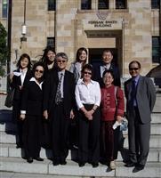 行政副校長高柏園一行8人,參訪澳洲昆士蘭大學校園,與國際事務人員Liz Simmonds合影。