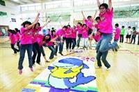 由課外組於上週所主辦的「創意校園骨牌瘋之『推倒』校園」,以約6萬5千片骨牌,成功打破國內紀錄,同學興奮地在骨牌前跳躍(攝影�洪翎凱)。