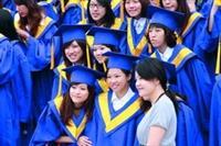 YA!畢業囉!學生高興地聚在一起合拍紀念照。(攝影�陳怡菁)