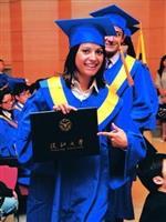 蘭陽外籍生拿到畢業證書,十分開心。(攝影�劉瀚之)