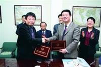 1月11日,創育中心主任蕭瑞祥(左前一)與北京賽歐科技園孵化中心有限公司總經理梅春才(右二)簽訂協議書,將來對台灣中小企業擴展大中華地區市場很有幫助。(攝影�林奕宏)