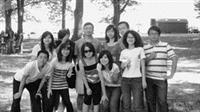 陳俊元(右一)在天普大學與同學合影。(圖�陳俊元提供)
