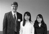 黃羽慈(右一)與學校教師合影。(照片�提供)