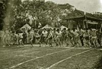 二十週年淡江文理學院院慶舉辦萬米賽跑,當時的操場和現在的情景差異很大。